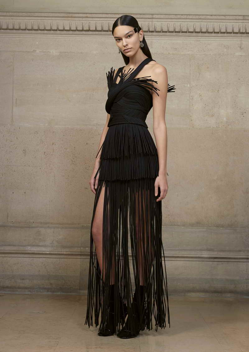 ELIZABETH Long sculpted dress in organza tubes juxtaposed and appliquéd on a bustier in tulle decorated with macramé fringes.