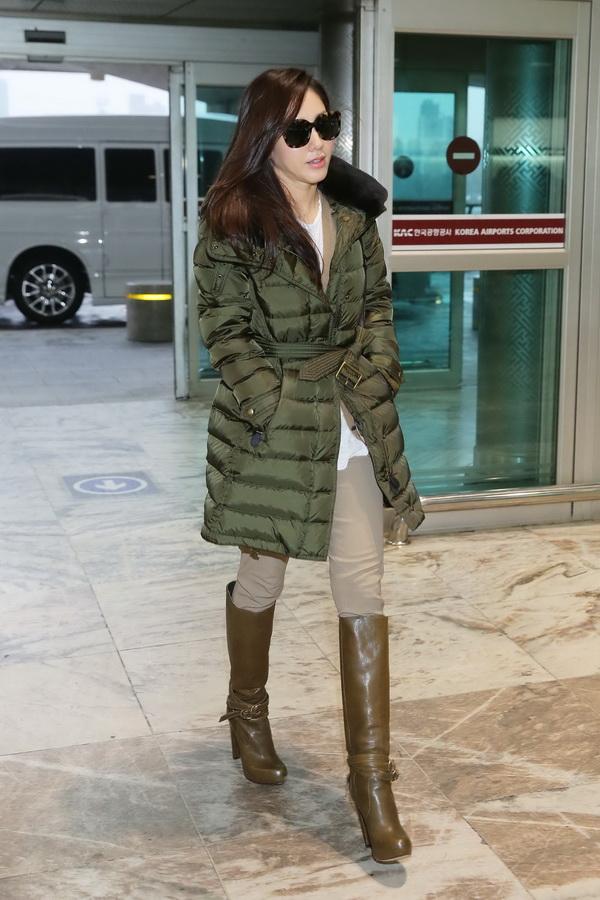 Korean Actress Park Ju Mi ___ wearing a Burberry down-filled coat at Gimpo International Airport in Seoul, 22 November 2014 (1)